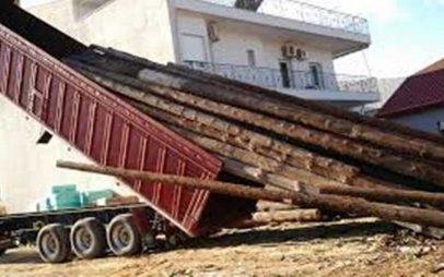 """Εορδαία: Φορτηγό """"ξήλωσε""""  δέκα κολώνες της ΔΕΗ – Πολύωρη διακοπή ηλεκτρικού ρεύματος"""