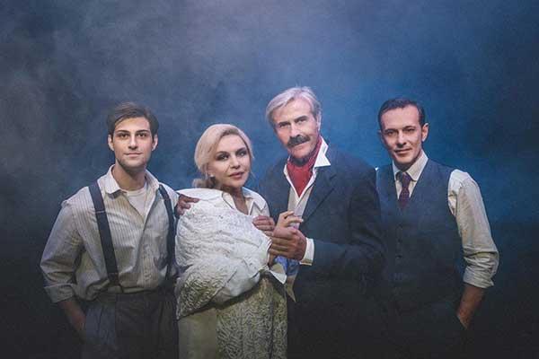 Η παράσταση «Ταξίδι μιας μεγάλη μέρας μέσα στη νύχτα» στο Υπαίθριο Δημοτικό Θέατρο Κοζάνης, την Τετάρτη 28 Ιουλίου