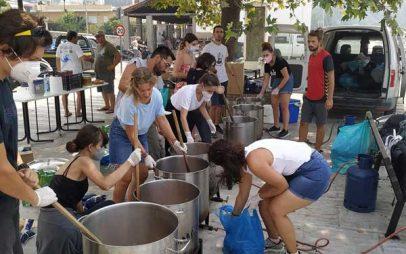 Φωτογραφία ημέρας: Μαγείρεμα στη Λίμνη Ευβοίας για 700 ανθρώπους