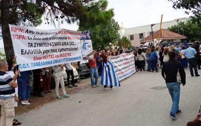 Υγειονομικοί σε αναστολή έξω από το ΕΚΑΒ Πυλαίας αναμένοντας τον Υπουργό Υγείας