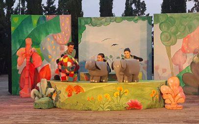 """Φωτογραφίες – Βίντεο από την παράσταση """"Έλμερ ο Παρδαλός Ελέφαντας"""" στο Υπαίθριο Θέατρο Κοζάνης"""