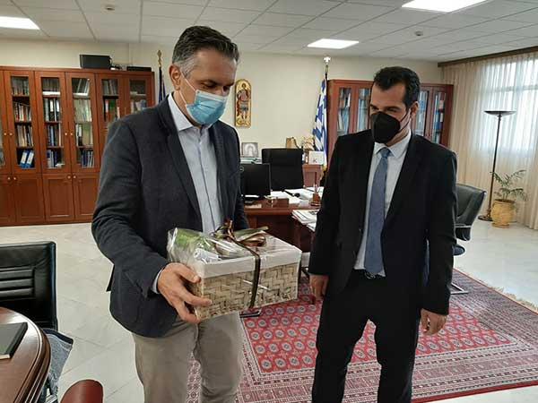 Τα δώρα του περιφερειάρχη στον υπουργό υγείας Θάνο Πλεύρη