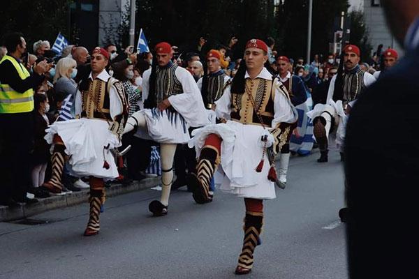 Επικεφαλής του αγήματος της Προεδρικής φρουράς στην χθεσινή μεγαλειώδη παρέλαση στη Στουτγκάρδη ο Καψάλης Γεώργιος (Υπ/λγος Πεζικού) με καταγωγή από τα Σέρβια Κοζάνης