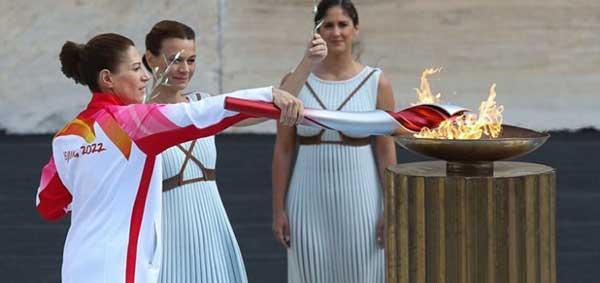 Η φλωρινιώτισσα Παρασκευή Λαδοπούλου άναψε τον βωμό κατά την τελετή παράδοσης της Ολυμπιακής Φλόγας